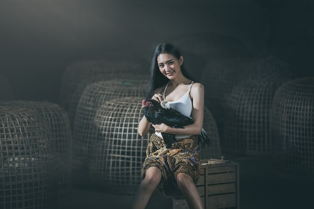 Thai einheimische frau mit hahn