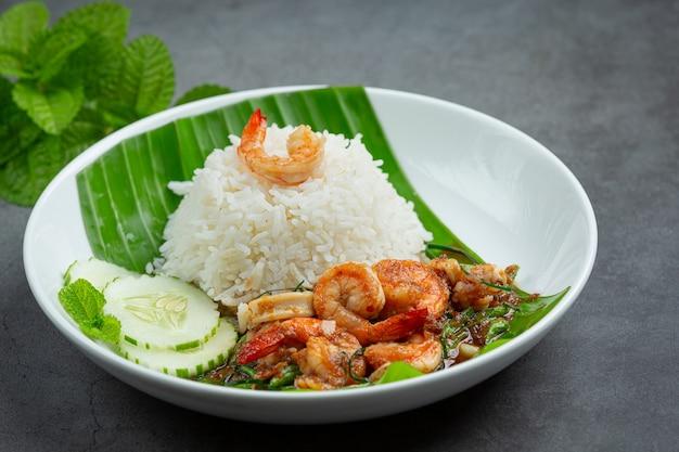 Thai essen; gebratene garnelen und tintenfische gekocht mit langen bohnen und reis.