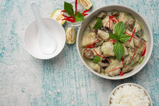 Thai essen. grünes kokos-curry-schweinefleisch mit auberginen