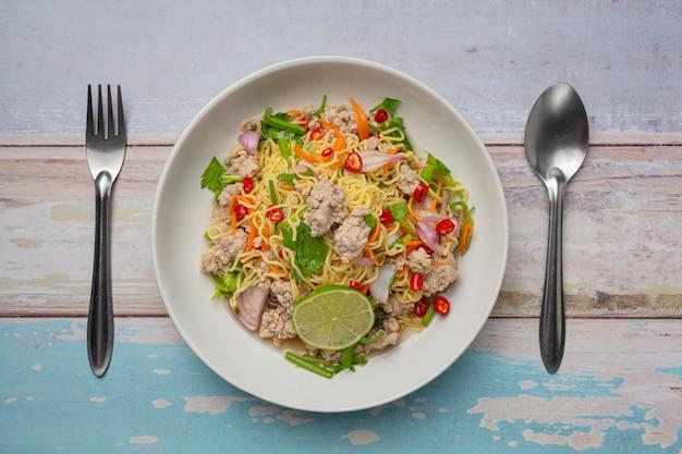 Thai essen. instant nudeln würziger salat mit gehacktem schweinefleisch