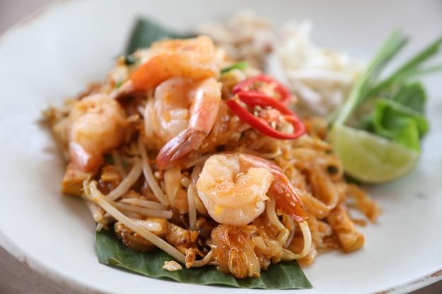 Thai essen padthai gebratene nudeln mit garnelen, lokales essen
