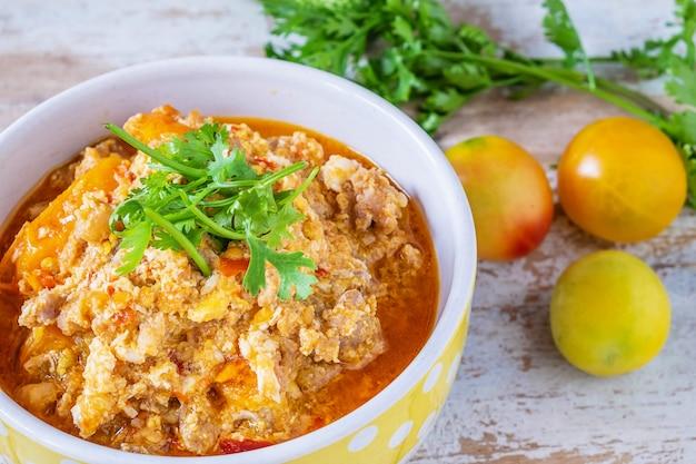 Thai essen. thai pork chili paste mit gurke und frischem gemüse
