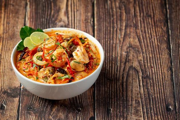 Thai essen; tom yum kung oder würzige suppe mit flussgarnelen