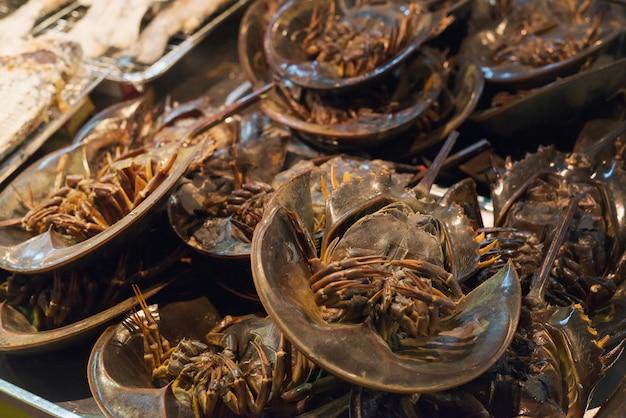 Thai essen. würziger hufeisen-krabben-eiersalat, pimp-eiersalat. thailändische meeresfrüchte