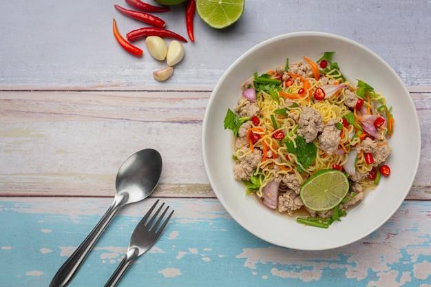 Thai essen. würziger nudelsalat mit gehacktem schweinefleisch