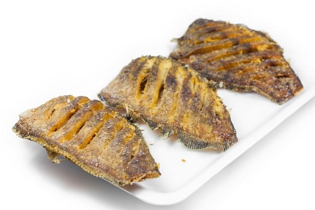 Thai food fish fry in weiß