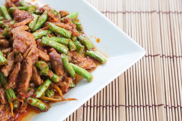 Thai-food, schweinefleisch gebratene linsen