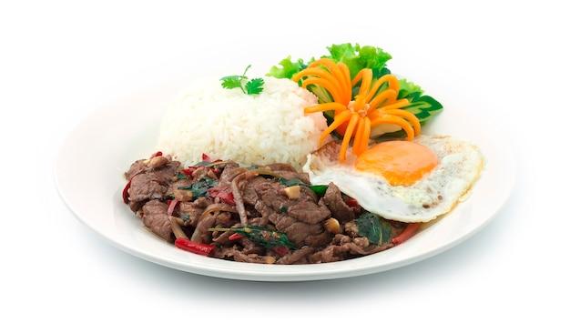 Thai food stir fried slice beef spicy und basilikum serviert mit reis und spiegelei