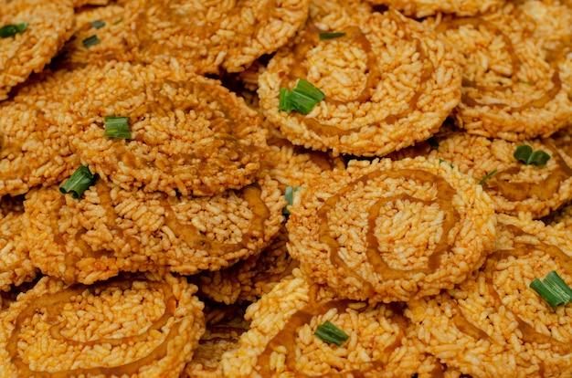 Thai fried cracker, snack aus reis, getrocknet und frittiert in öl.
