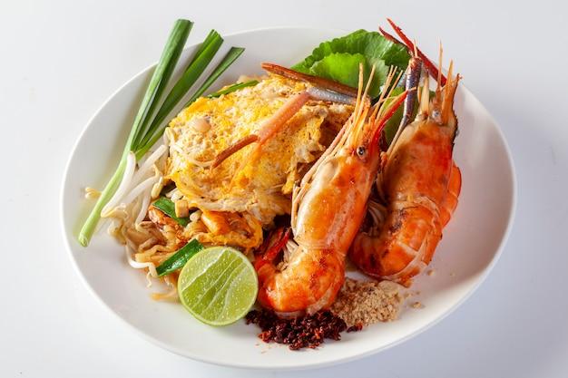 Thai gebratene nudeln mit garnelen (pad thai)