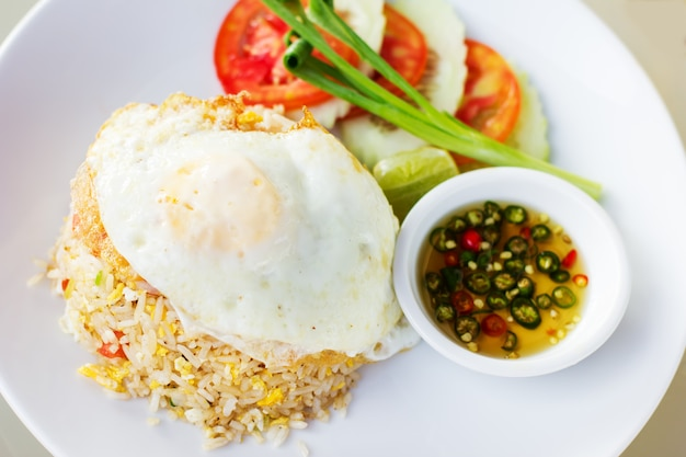 Thai gebratener reis mit ei (khao phat)
