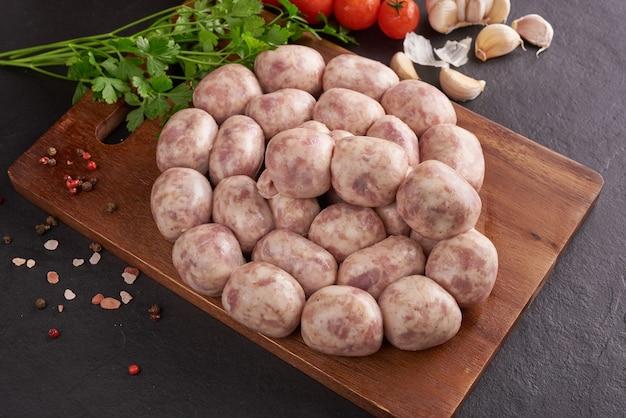 Thai isaan wurst. e-sarn-würstchen, hausgemachte sauerwürste mit thai-kräutern, gemüse (sai krawk e-san).