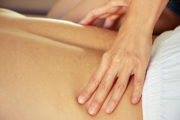 Thai-massage an der taille in der spa-behandlung