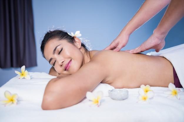 Thai-massage auf einem bett im spa