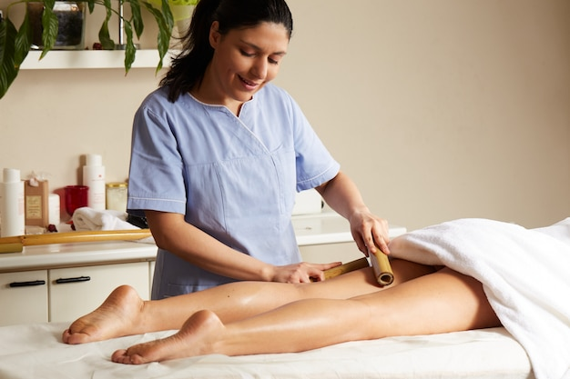 Thai massage mit bambusstock
