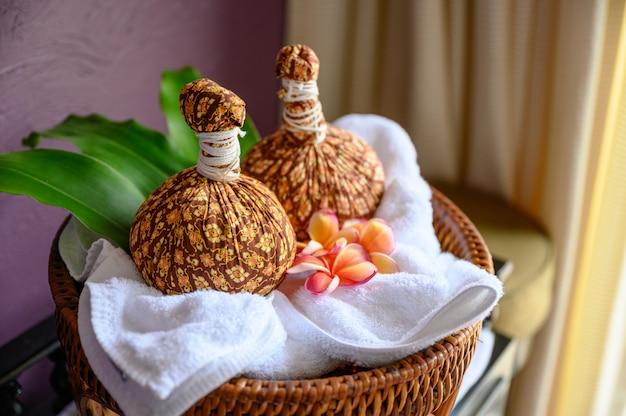Thai-massage mit heißem kräuterkompressenball