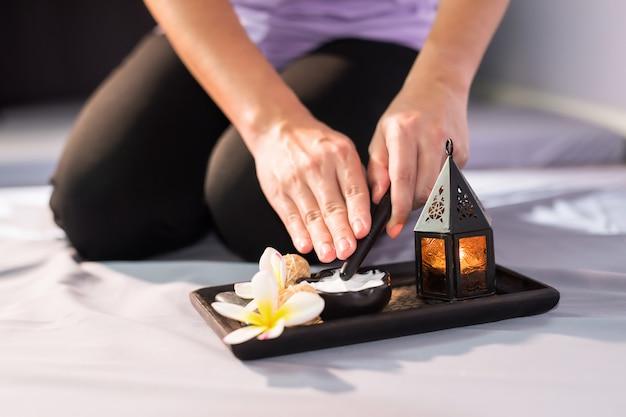 Thai-massage mit sahne und spa-löffel
