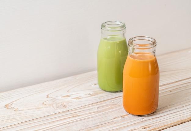 Thai milchtee und matcha grüntee latte in der flasche