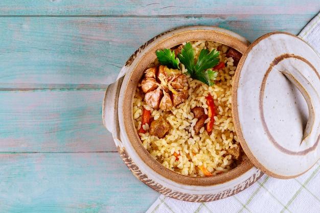 Thai mit karotten, knoblauch und fleisch.