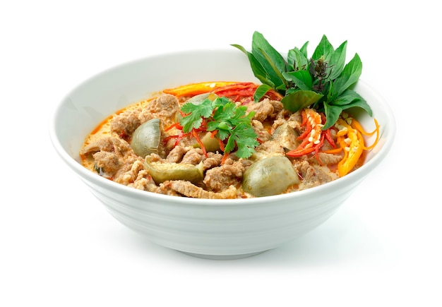 Thai red curry mit schweinefleisch thai food hot spicy gericht in coconut milkegg pflanzen