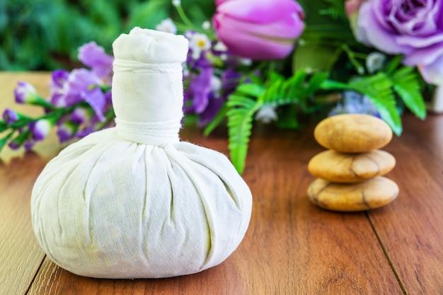 Thai spa massage mit kräuterkompressenball