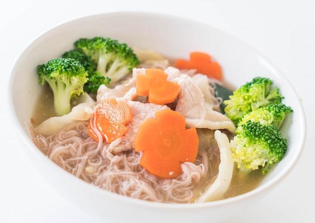 Thai-stil nudel rühren-gebraten in soße-sauce mit mariniertem schweinefleisch und chinesischen brokkoli