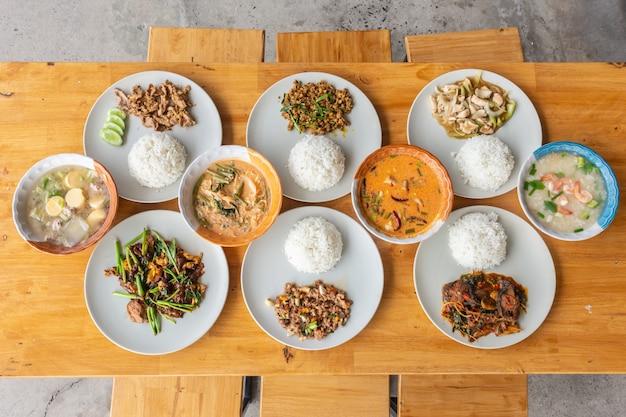 Thai street food auf einem holztisch, ansicht von oben.