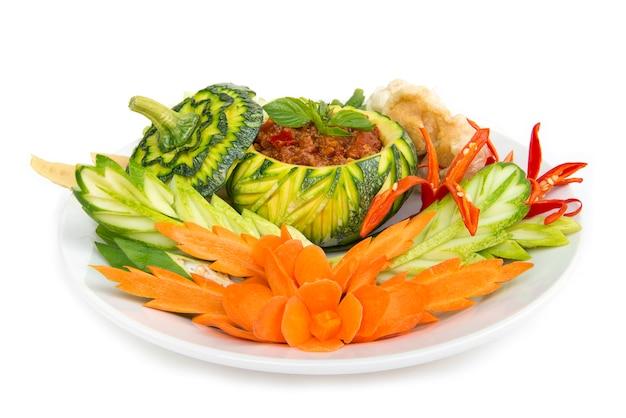 Thaifood-nordartschweinefleisch und tomatenmarkpaprika würzig mit knusperigem schweinefleisch und vagetable. thailändische küche, thaispicy gesundes lebensmittel oder seitenansicht dietfood lokalisiert