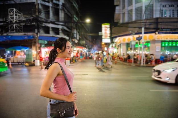 Thailändisch-chinesische touristen schlendern herum und probieren street food in der yaowarat road, chinatown, bangkok