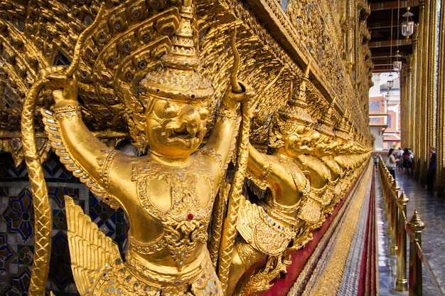 Thailändische alte vogelskulpturen im großartigen palast. garuda-statuen im wat phra kaew