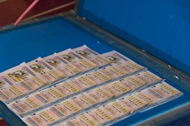 Thailändische arbeiter kaufen lottoschein für hoffnung