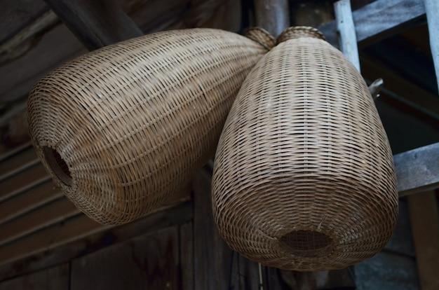 Thailändische art - antike bambusfischenwerkzeuge am bambushäuschen
