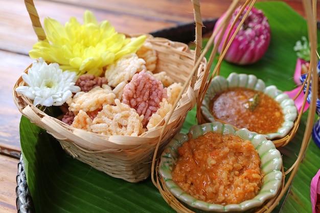 Thailändische art-aperitif von knusperigem fried rice cakes mit den süßen und würzigen bädern