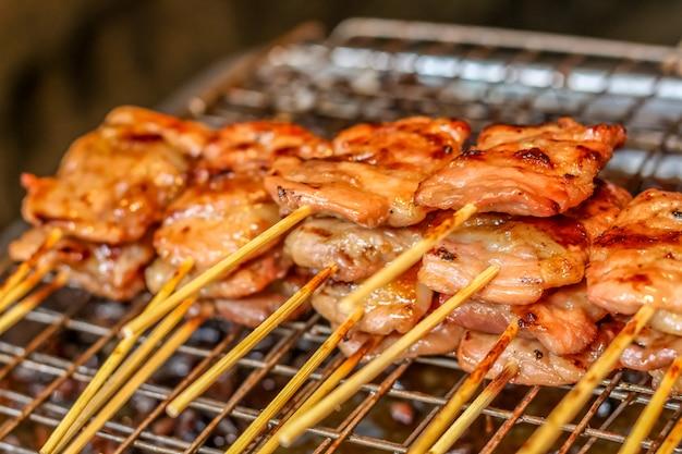 Thailändische art gegrilltes schweinefleisch, grillschweinefleisch, bbq-schweinefleisch