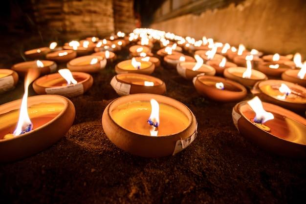 Thailändische artkerzenschale im thailändischen tempel nachts, chiang mai, thailand
