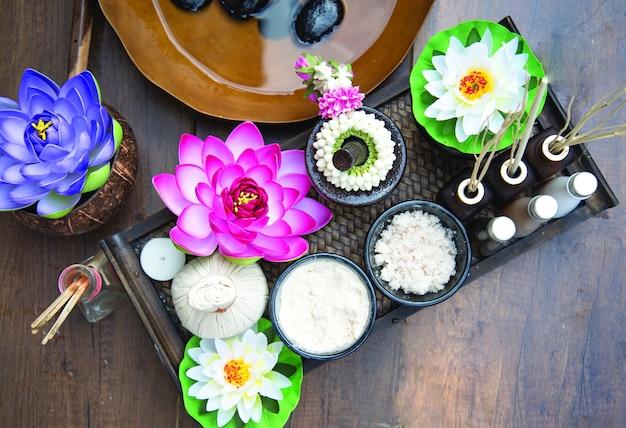 Thailändische badekurortmassage behandlung und produkt für gesunde frauen mit lotosblume. thailand