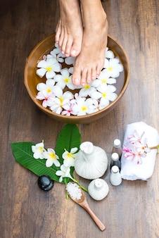 Thailändische badekurortmassage behandlung und produkt für gesunde frauenfüße