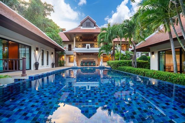 Thailändische balinesische luxusvilla mit infinity-pool