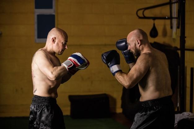 Thailändische boxer, die das boxen üben