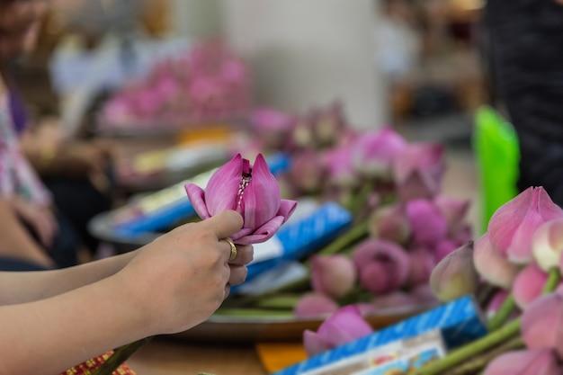 Thailändische buddhismusleute im buddhisten beten für spendenanbetung