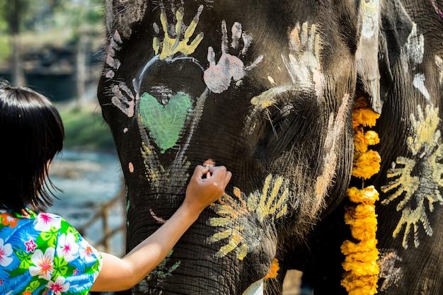 Thailändische elefanten begrüßen songkran festival elephant face painting