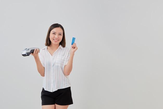 Thailändische frau, die kreditkarte für zahlung macht