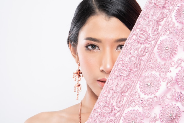 Thailändische frau, die typisches traditionelles trägt.