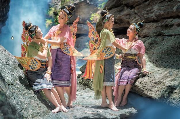 Thailändische frau im traditionellen kostüm von thailand.