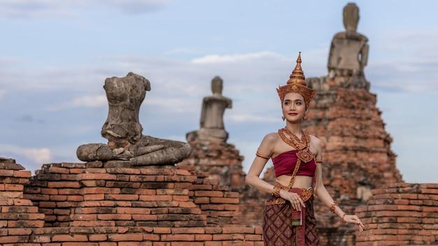 Thailändische frau im traditionellen thailändischen kostüm