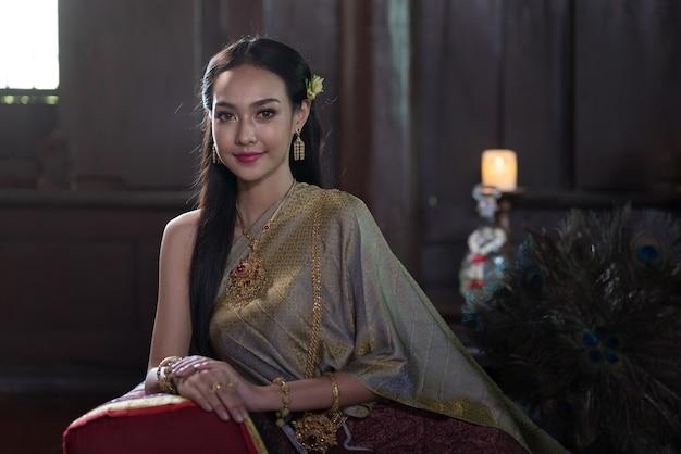 Thailändische frauen, die in der antike traditionelle kostüme trugen während der ayutthaya-zeit