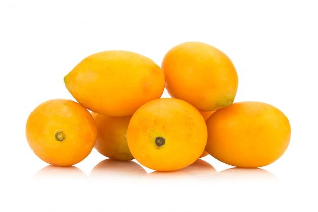 Thailändische frucht der marianischen pflaume lokalisiert auf weißem hintergrund. mayongchid. maprang. marianische pflaume pflaumen-mango