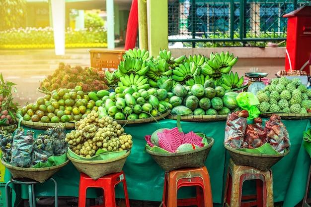 Thailändische früchte, die auf dem markt verkauft werden, schließen mangostan ein