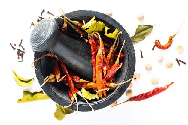Thailändische getrocknete gewürzpaprikas, kaffirkalk, nelken, weiße hülse des weißen kardamoms und koriandersamen