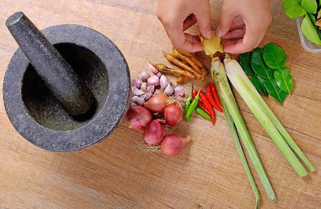 Thailändische gewürzzutat für scharfes essen über holzstruktur und raum